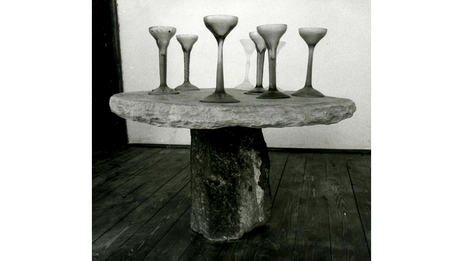 Kamenný stůl